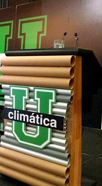 Podium con tubos reciclados