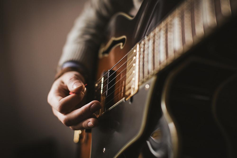Bild: Akkorde spielen auf der E-Gitarre