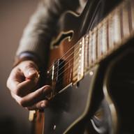 tocando una guitarra