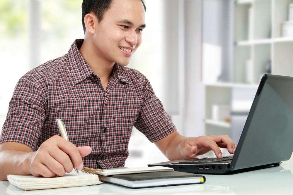Aluno estudando usando um laptop