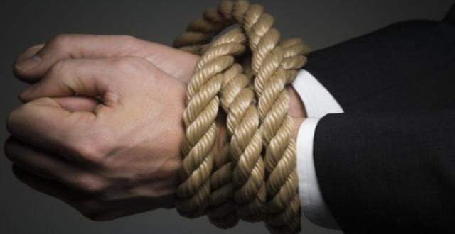 Mãos amarradas com corda