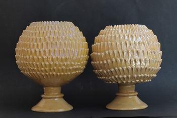 Deruta (Italie), deux vases en formede pommes de pin à décor lustré. Premier quart du XVIe siècle.