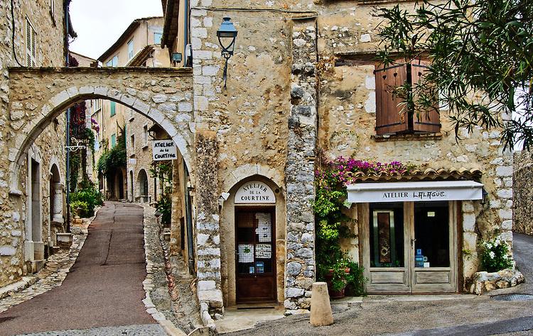 Archway-and-Street-Saint-Paul-de-Vence