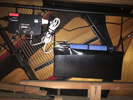 Life Saver hängend eingebaut in einem Arnold Klavier