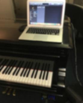 Flügel Klavier verbunden mit einem MacBook Air