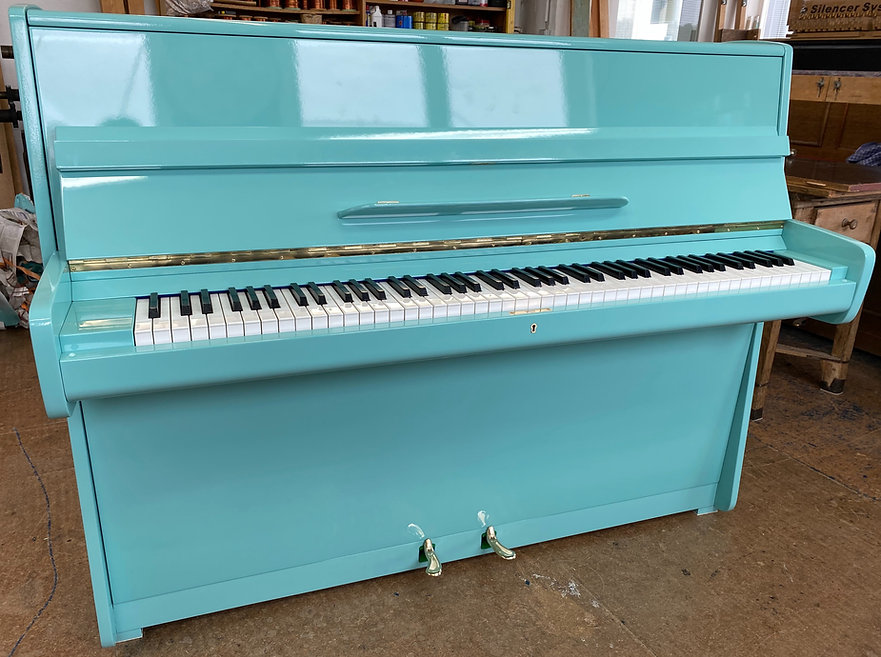 Blüthner Klavier Baujahr 1964 wurde früher mit stark beschädigter Nussbaum Oberfläche wurde in Lichtgrün hochglänzend lackiert