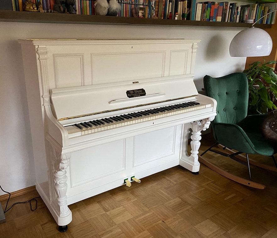 Biese Klavier aus dem Jahr 1887 mit einer neuen Lackierung in weiß seidenglänzend
