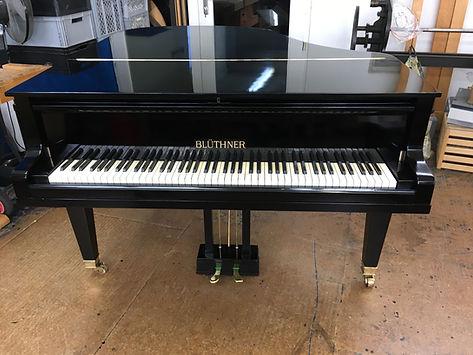 Einzigaritge Oberflächewirkung bei Klavieren und Flügeln durch die Schellack Oberfläche