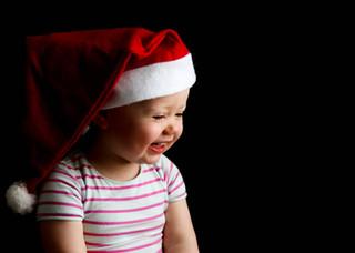 """<img src=""""family photo.jpg"""" alt=""""Family photoshoot little girl wearing a santa hat"""">"""