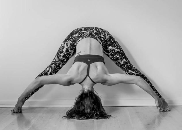 "<img src=""yoga photo.jpg"" alt=""yoga photoshoot yoga pose stretch in black and white"">"
