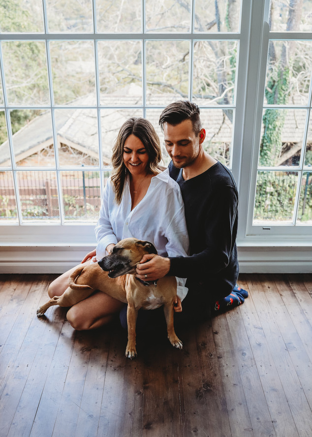 "<img src=""family photo.jpg"" alt=""Family photoshoot couple with dog indoor shoot"">"