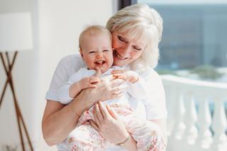 """<img src=""""family photo.jpg"""" alt=""""Family photoshoot grandma holding granddaughter and giggles"""">"""