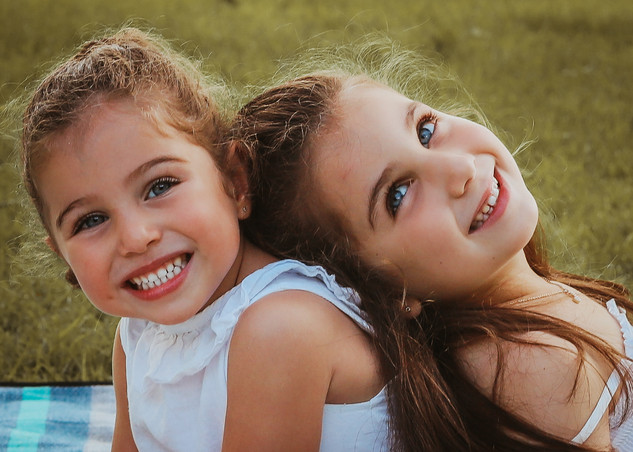 "<img src=""family photo.jpg"" alt=""Family photoshoot sisters smiling outdoors"">"