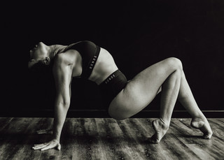 "<img src=""pole dancer photo.jpg"" alt=""dancer pointed toes and strength on the floor in black and white"">"