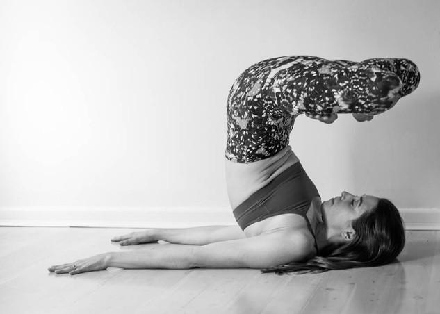 "<img src=""yoga photo.jpg"" alt=""yoga photoshoot yoga pose in black and white"">"