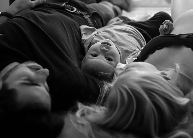 "<img src=""maternity photo.jpg"" alt=""Maternity photoshoot motherhood family laying down black and white"">"