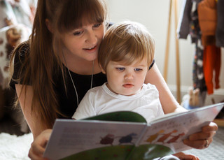 "<img src=""maternity photo.jpg"" alt=""Maternity photoshoot motherhood mother reading to son"">"