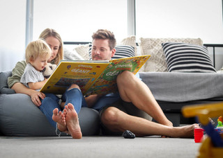 "<img src=""family photo.jpg"" alt=""Family photoshoot family reading together"">"
