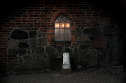 egebjergkirke_vaabenhus_vindue_nat