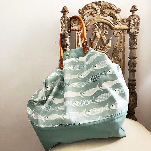 Grand sac en coton, anses en cuir. Imprimé poissons vert d'eau.