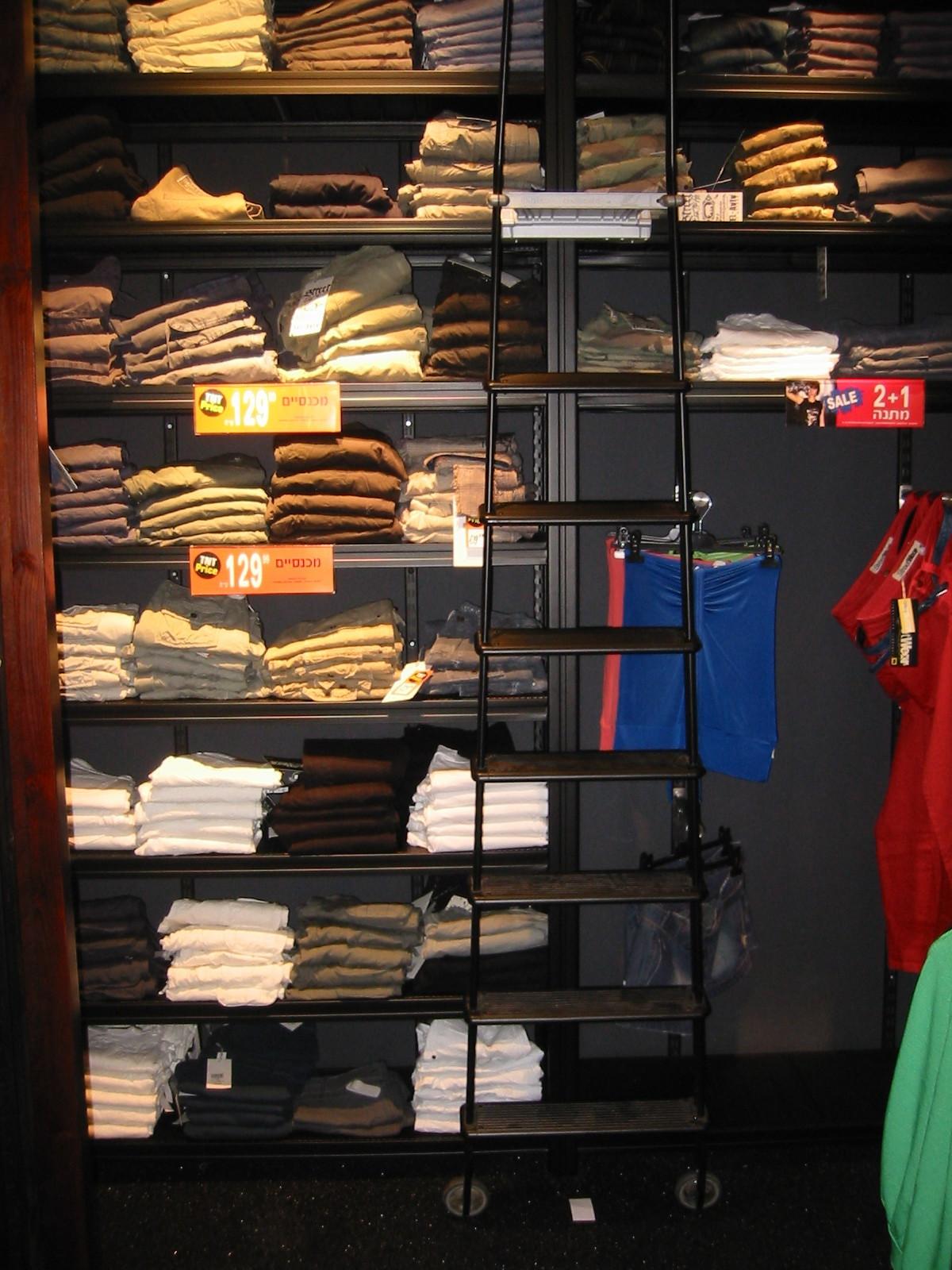 מדפי העליה -12- מדפים לחנויות נעליים