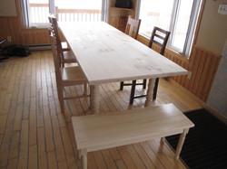 Grande table en pin noueux