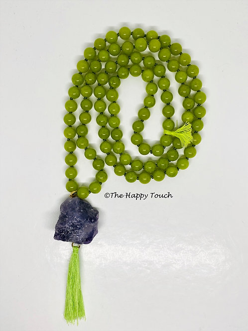 Sautoir en pierres semi-précieuses de jade avec son pendentif en améthyste brut