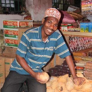 verkoper verkoopt kokosnoten op de lokale markt in Stone Town