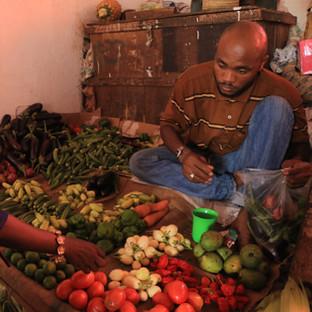 groenten kopen op de lokale kleurrijke markt in Stone Town