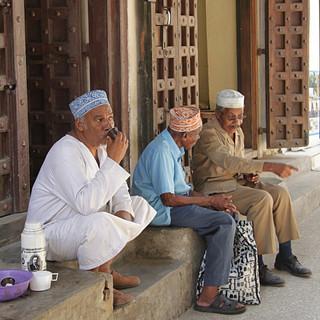 Mannen drinken graag een kopje koffie buiten in Stone Town