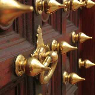zie prachtige deuren tijdens de culturele wandeling