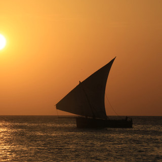 Dhowboot tijdens zonsondergang bij Pemba Eiland