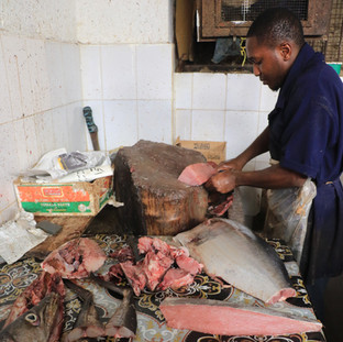op de lokale markt koop je je vis voor tijdens de kookles