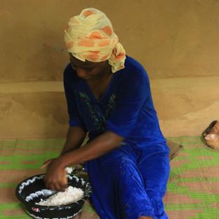 verse kokosnoot raspen tijdens de kookcursus op Zanzibar