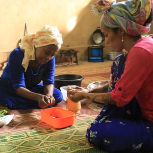 samen groentes snijden tijdens de kookles op Zanzibar