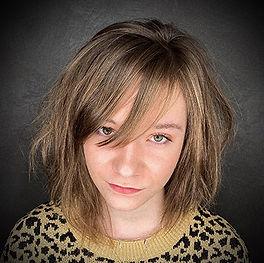 Photo d'une coiffure jeune fille tendance déstructurée