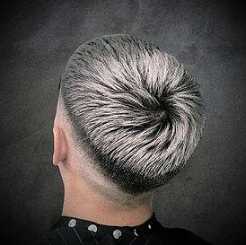 Photo d'une coupe et coiffure homme avec couleur grise tendance
