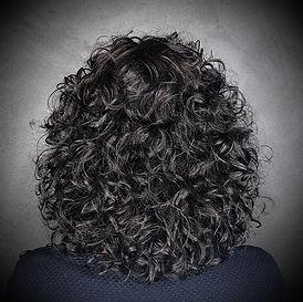 Photo d'une coupe et coiffure dame bouclée