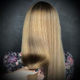 Photo d'une coupe et coiffure dame lissage traitant à la kératine