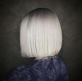 Photo d'une coupe et coiffure dame tendance carré lisse couleur blond polaire