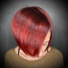 Photo d'une coupe et coiffure dame lisse couleur rouge brillance