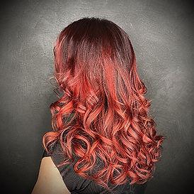 Photo d'une coupe et coiffure dame tendance avec couleur cuivré et coiffure bouclée