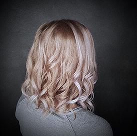 Photo d'une coupe et coiffure dame tendance ondulée méchée couleur blond polaire