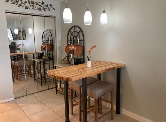 Dining area w bakers rack