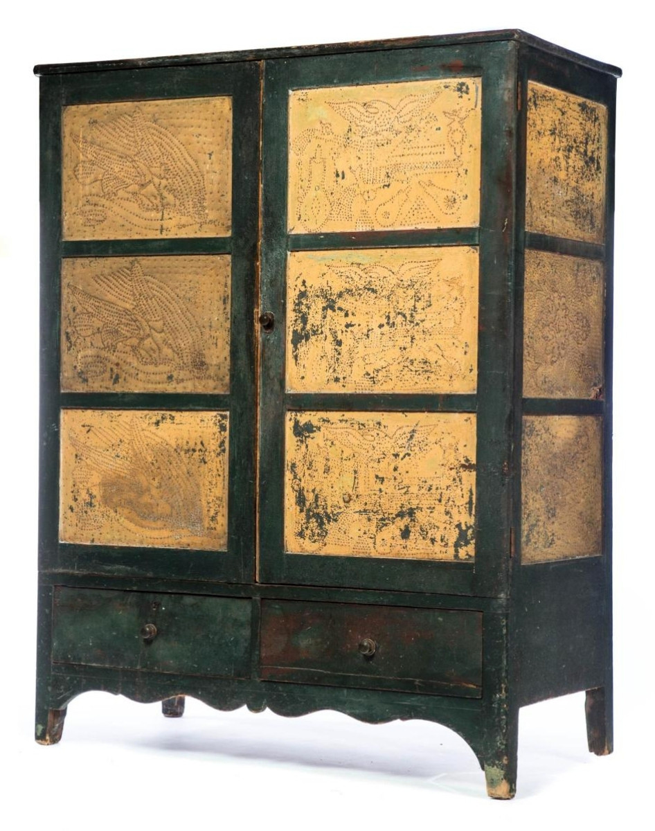 Leading the sale was this American Civil War-era pine pie safe in old green yellow paint with punched tin panels and decoration that featured eagles, banners, powder flasks and pistols. A trade buyer prevailed at $8,100 ($3/5,000).
