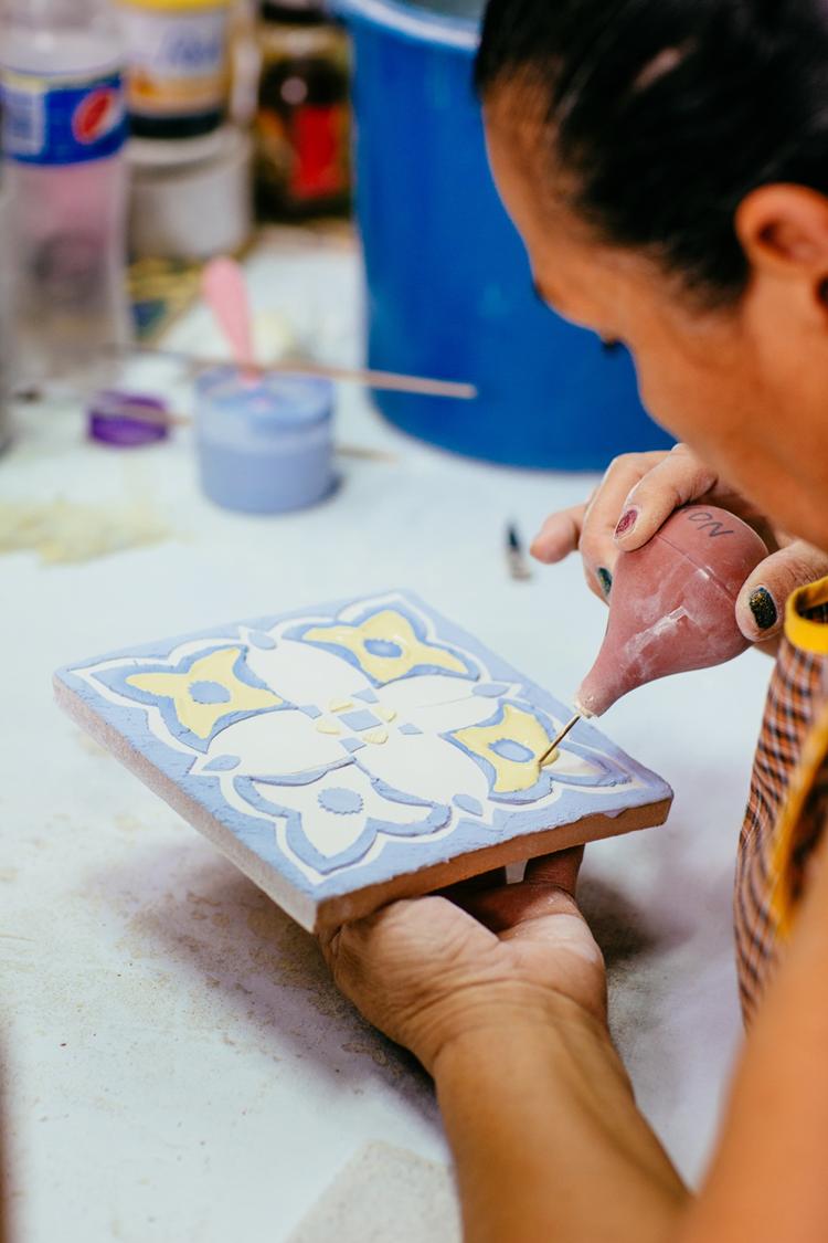 Piso de barro y azulejo artesanal