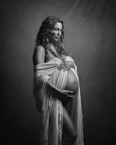 Jennifer-gravid-studio-bnw1.jpg
