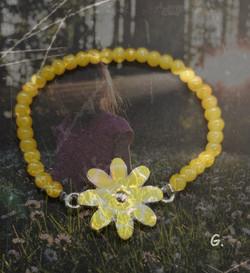 bracelet en perles de verre jaune et breloque fleur