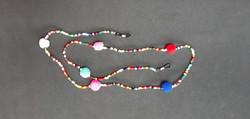 chaine de lunettes en perles multicolores et pompons.jpg