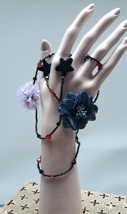 sautoir en perles et fleurs tissus.jpg